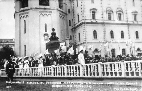 Высочайший выход в Успенский собор через Красную площадь в Кремле в дни Бородинских торжеств. Москва, август 1912