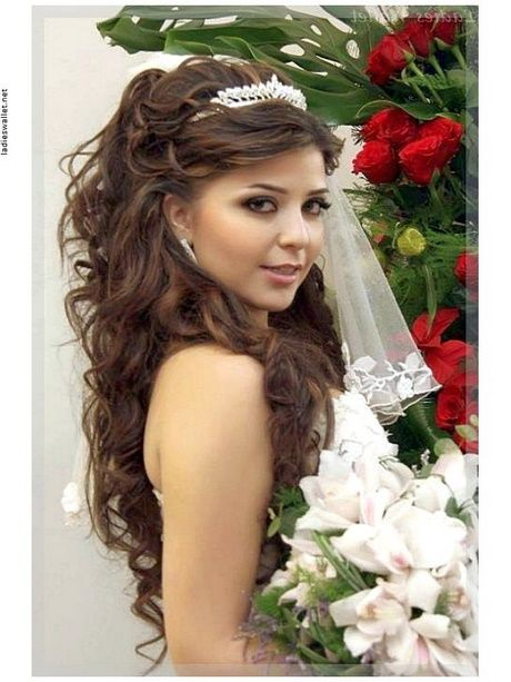 Brautfrisuren Lange Haare Mit Schleier Und Diadem Neu Haar Stile Hochzeitsfrisuren Frisur Hochzeit Brautjungfern Frisuren