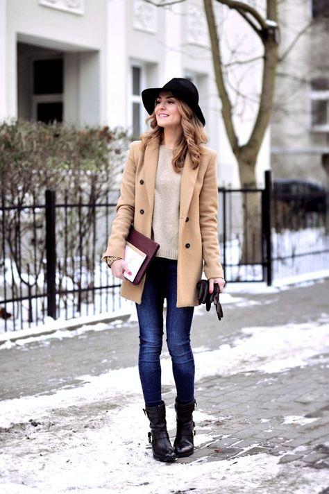 Den Look kaufen:  https://lookastic.de/damenmode/wie-kombinieren/mantel-pullover-mit-rundhalsausschnitt-enge-jeans-stiefeletten-handschuhe-hut-uhr/4843  — Schwarzer Wollhut  — Hellbeige Pullover mit Rundhalsausschnitt  — Beige Mantel  — Goldene Uhr  — Dunkelbraune Lederhandschuhe  — Dunkelblaue Enge Jeans  — Schwarze Leder Stiefeletten