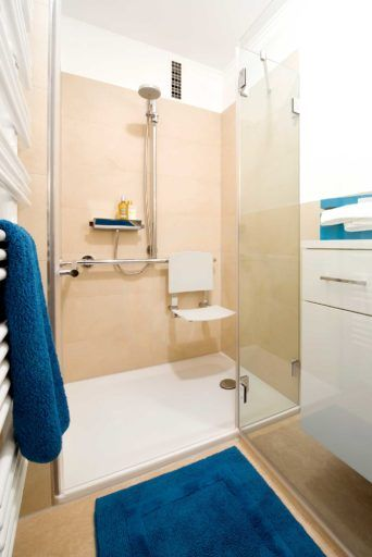 Seniorengerechtes Bad In Naturtonen Kleine Badezimmer Dusche Klappsitz