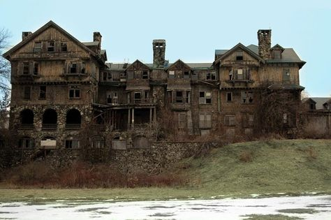 Summerwind Mansion, West Bay Lake, Wisconsin      Built in the early 20th century, this lodge turned mansion was the residence of Robert Lamont, who would eventually leave the house after an encounter with an apparition.  Another set of owners left after a few months because the paranormal events literally almost drove them insane.  From: The Most Haunted Place in Each of the 50 States