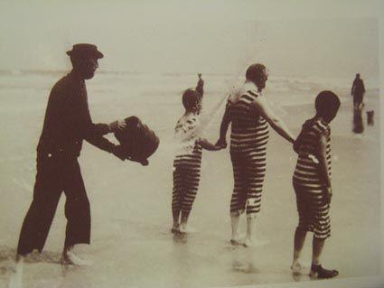 Costume moulant rayé, O. Hackel, Avant le bain, 1909