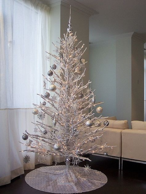 Top Minimalist And Modern Christmas Tree Decor Ideas Contemporary Christmas Trees White Christmas Trees Silver Christmas Tree