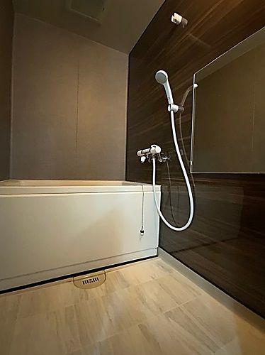 施工されたパネル面を見て こんなに綺麗になるのかとビックリ イマドキなユニットバスに生まれ変わりました 表面は鏡面仕上げで 非常に高級感があります このパネルは 浴室専用パネルで アイカ Aica というメーカーから出ています 今回のリフォームの際 床に