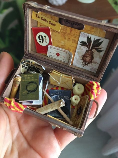 Miniature suitcase for doll house scale, Dollhouse Miniature, Realistic Travel Suitcase, Vintage luggage Doll case Magie Harry Potter, Objet Harry Potter, Décoration Harry Potter, Harry Potter Suitcase, Harry Potter Jewelry, Miniatures Harry Potter, Harry Potter Bricolage, Harry Potter Christmas, Miniature Crafts