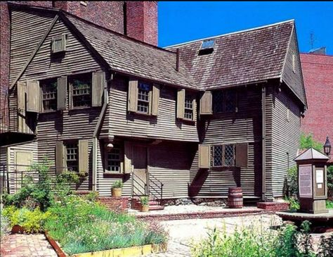 Built in Paul Revere's House is the oldest building in Boston Student Tours, In Boston, Boston Area, Boston Map, Boston Travel, Boston Strong, New England Homes, Colonial America, Old Building