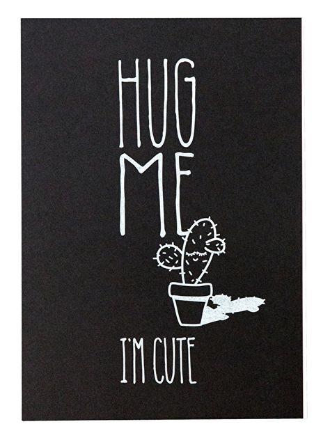 Kaart Hug me i'm cute. Cactus kaart met tekst Hug me i'm cute. Een hand gezeefdrukte ansichtkaart op zwart papier met witte tekst.