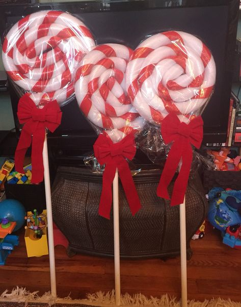 Pool noodles can be used for more than just swimming! A few ideas with pool noodles that are quick, che Gingerbread Christmas Decor, Candy Land Christmas, Outside Christmas Decorations, Christmas Projects, Holiday Crafts, Holiday Fun, Lollipop Decorations, Pool Noodle Crafts, Pool Noodles