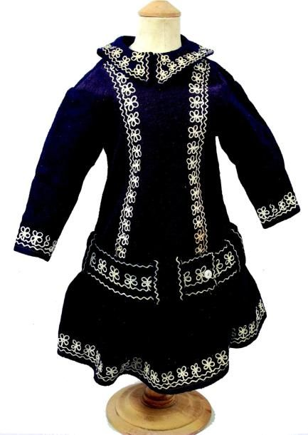Robe de bébé ancienne en lainage bleu marine avec broderie de fleurs blanches. H…