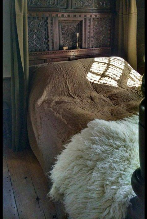 Home of Carol Quindley - Medieval Interior Medieval Bedroom, Medieval Home Decor, Primitive Bedroom, Primitive Homes, Primitive Antiques, Primitive Country, Fur Bedding, Medieval Houses, House Stark