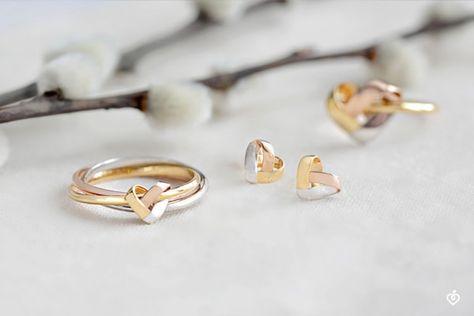 Drei Ringe, die sich - ineinander gewunden - zu einem kleinen Herzen in dreierlei Gold verbunden haben. Seine Zartheit macht diesen Ring unwiderstehlich und vervollständigt die Kollektion mit Raffinesse.