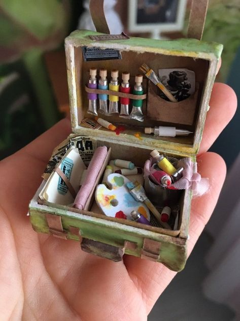 Miniature suitcase for doll house scale Dollhouse Miniature Crafts, Miniature Dolls, Miniature Tutorials, Miniature Houses, Diy Doll Miniatures, Mini Doll House, Mini Craft, Cute Little Things, Small Things