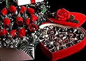علبة شيكولاتة حمراء ومعاها شوية ورد تنفع كمان هدايا عيد الحب للرجال و للشباب للمخطوبين واكتبي معاهم كلمتنين حلوين بحبك Christmas Wreaths Holiday Decor Holiday