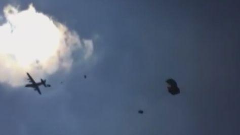 US-Army filmt lustige Panne: Militärflugzeug lässt Geländewagen zu Boden krachen