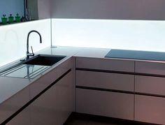 Glasrückwand von unten beleuchtet | Küchen | Pinterest ...