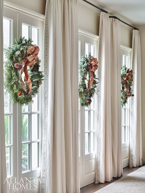 Looking for for ideas for farmhouse christmas decor? Check this out for unique farmhouse christmas decor inspiration. This farmhouse christmas decor ideas seems absolutely wonderful. Classic Home Decor, Classic House, Decorating Your Home, Diy Home Decor, Holiday Decorating, Room Decor, Decoration Ikea, Flower Decoration, Décor Boho