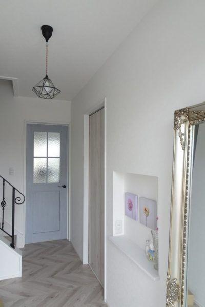 季節のインテリア 雑貨の飾り棚 玄関ニッチのサイズ 高さを紹介します 目指せフレンチシック オシャレな家づくり 玄関 ニッチ インテリア 家