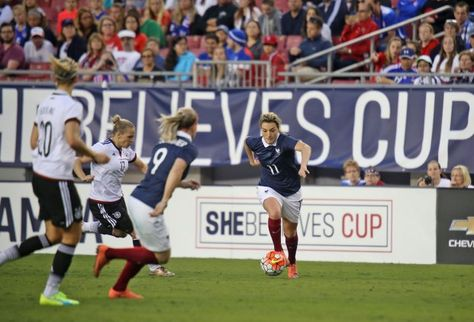 "Les Bleues débutaient ce jeudi leur tournée aux USA par une opposition face aux Allemandes, sur la pelouse du Raymond James Stadium (photo, Claire Lavogez/ photos FFF/AM). Un but en fin de rencontre a assuré la victoire de la Frauen Mannschaft pour ce match inaugural de la ""She Believes Cup""."