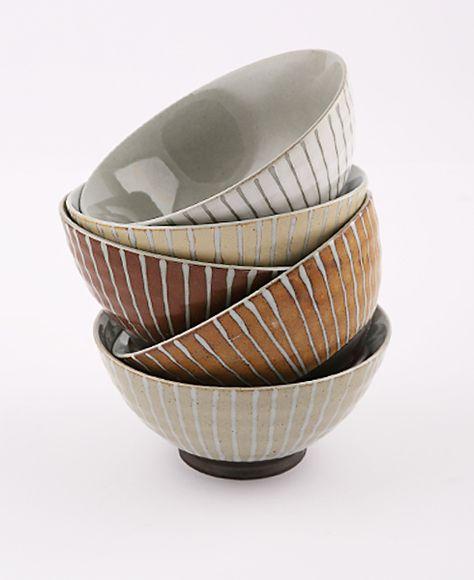 Un set composto da 5 ciotole giapponesi, realizzate in ceramica e decorate con un delicato motivo a righe. Per servire frutta e dessert al cucchiaio.