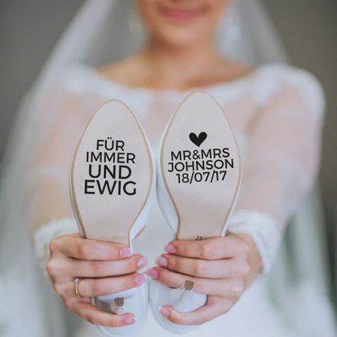 Individuelle Schuhaufkleber für deinen Hochzeitsschuh! Perfekt um auf die Sole aufzukleben! Perfekt für eure Hochzeitsfotos! Wir brauchen bitte folgende Infos: > Euer Familienname > Hochzeitsdatum! Der Aufkleber wird auf einer witterungssicheren Outdoor-Folie gedruckt! Wir können den