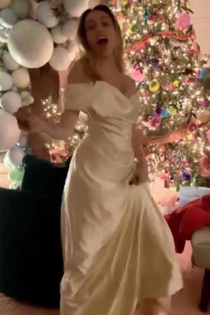 Miley Cyrus Wedding Dress.Miley Cyrus Shows Off Stunning Wedding Dress For The First Time