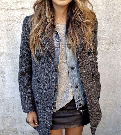 Manteau gris à chevrons : le bon look avec une mini-jupe en cuir noire, une veste en jean et un t-shirt gris chiné – Taaora – Blog Mode, Tendances, Looks