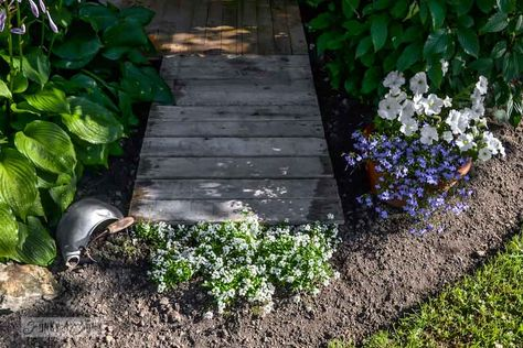 5 DIY Garden Ideas for Wood Pallets! Love this pathway made from pallets!