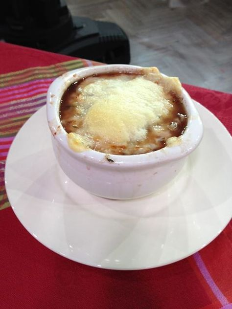 Love French Onion soup, but hate the 600+ calories that come along for the ride? You've gotta try this slimming, satisfying version. I served it at a dinner party this past weekend and everyone thought it tasted like the real McCoy (phew). Just 225 calories per hearty bowl!