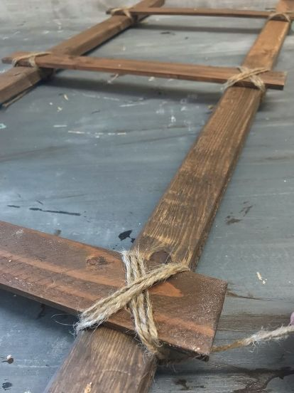 Simply DIY Farmhouse Ladder try out this farmhouse approved easy diy ladder make it in any size Rustic Ladder, Diy Ladder, Diy Blanket Ladder, Quilt Ladder, Ladder Decor, Primitive Homes, Primitive Bathrooms, Primitive Country, Country Bathrooms
