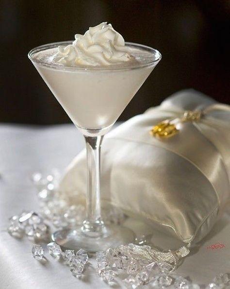 Cocktail recipe for a Wedding Cake Martini made with 1.5 oz vanilla vodka 1/2 oz Malibu coconut rum 1.5 oz pineapple juice 1 splash grenadine syrup. Receta de cocteles para bodas. Wedding Cake Martini hecho con 1,5 onzas de vodka de vainilla 1/2 oz de ron de coco Malibú 1,5 oz de jugo de piña 1 chorrito jarabe de granadina.