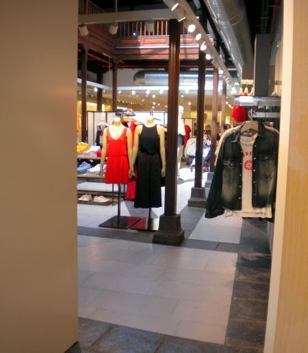 Big Mango Fashion Store With First Floor Balcony Gallery Shops