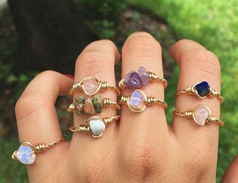 Diy Crystal Rings, Healing Crystal Jewelry, Crystal Bracelets, Gemstone Rings, Diy Stone Rings, Wire Bracelets, Diy Rings With Stones, Beaded Rings, Diy Boho Rings