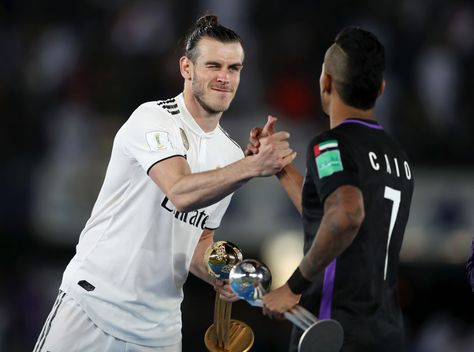 Gareth Bale Of Real Madrid And Caio Of Al Ain Shake Hands After Gareth Bale Real Madrid Club World Cup