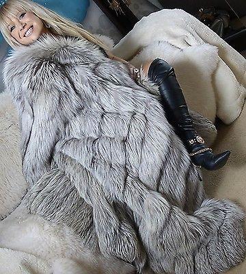 Miss Larissa in an Amazing pleine longueur Platinum Silver Fox Fur Coat Absolument magnifique!