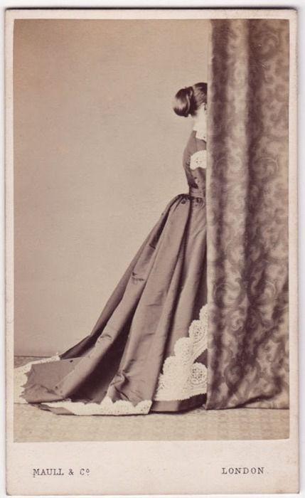 Laure Duc, sœur de la baronne Ybert, refusant que Ben la photopatate.