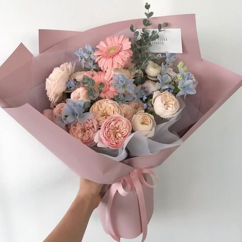 Hairstyles and Beauty: The Internet`s best hairstyles, fashion and makeup pics are here. Luxury Flowers, My Flower, Beautiful Flowers, Beautiful Flower Arrangements, Floral Arrangements, Flower Aesthetic, Aesthetic Drawing, Wedding Flowers, Bouquet Flowers