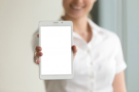 Download Digital Tablet Mockup Screen In Female Hands Closeup Copy Space For Free Cartoes De Visita Profissionais Fotos Gratuitas