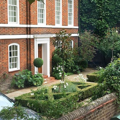 CHELSEA LONDON Not even going to mention how much it might cost to live here but its pretty  #chelseagarden #london #gardendesign #oneday #streetappeal