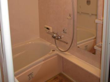 ピンクの壁にピンクの浴槽エプロン優しい気持ちになりますね 色には