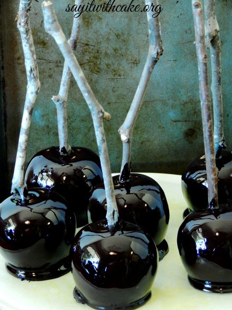 The first treat I couldn't wait to start baking was candy apples! I wanted to make black candy apples to look something like the poison candy apples the witch gives Snow Whit… Halloween Candy Apples, Recetas Halloween, Theme Halloween, Halloween Food For Party, Halloween Desserts, Holidays Halloween, Halloween Treats, Happy Halloween, Halloween Decorations