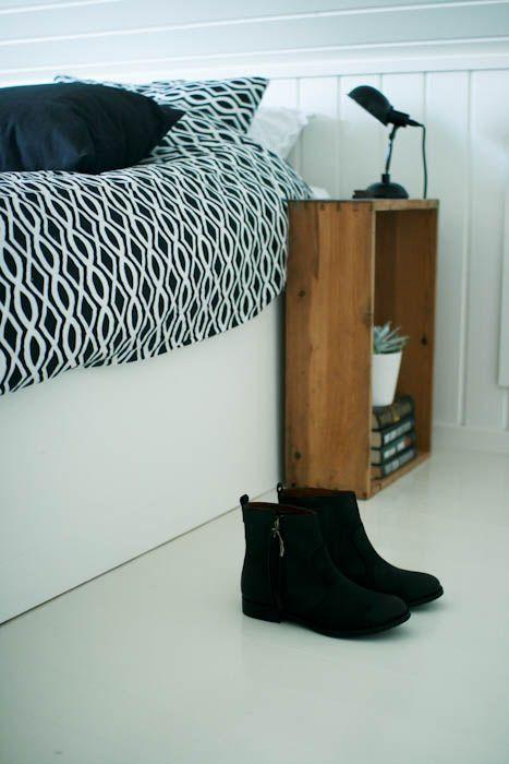 caja de madera. dormitorio. mesita. wooden crate. bedroom. table. www.yourbox.bigcartel.com