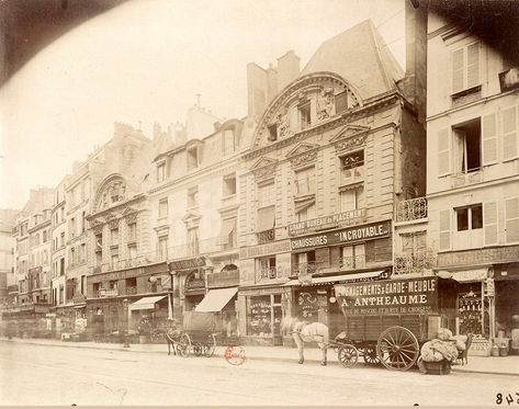 L'Hôtel de Sully, rue Saint-Antoine, encore à moitié caché par des constructions parasites, photographié par Eugène Atget en juin 1899 (© BnF)  (Paris 4ème)