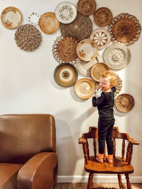 I have always wanted a cute china plate wall but I don't have a formal dinning room or empty wall in our kitchen. Hang Plates On Wall, Plate Wall Decor, Wall Decor Design, Diy Wall Decor, Boho Decor, Diy Home Decor, Home Decor Bedroom, Living Room Decor, Baskets On Wall