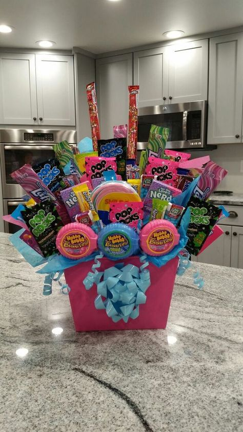 DIY Christmas Gift Baskets That Are Stuffed To The Brim With Adorable Christmas Gifts - Hike n Dip Confused between 2 gifts. Why not give a gift basket! Here are best DIY Christmas Gift Baskets ideas for Mom, Dad, Friends, Co workers Kids & teenagers. Candy Gift Baskets, Christmas Gift Baskets, Cute Christmas Gifts, Diy Gift Baskets, Snack Gift Basket, Gift Baskets For Kids, Summer Gift Baskets, Creative Gift Baskets, Homemade Gift Baskets