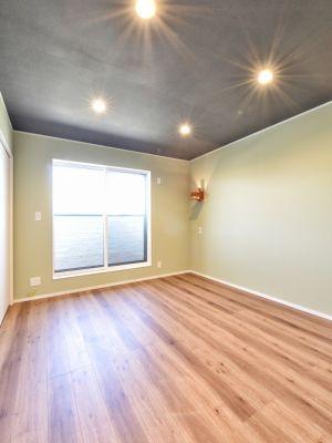 落ち着きある寝室の演出 低い天井 住宅 洋室