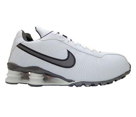 buy online 4a1c7 c9ac6 Tênis Nike Shox Turbo V Branco e Preto – Cabedal confeccionado em material  sintético com detalhes em costura. Conta com fechamento em cadarço.