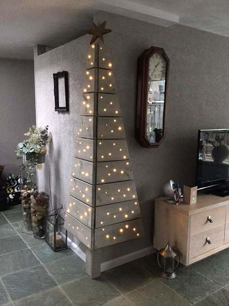 Unique Christmas Trees ( Ideas & Designs ) Wall Corner Christmas Tree Made of Wood Corner Christmas Tree, Creative Christmas Trees, Diy Christmas Decorations Easy, Pallet Christmas, Wooden Christmas Trees, Simple Christmas, Christmas Diy, Modern Christmas, Office Christmas