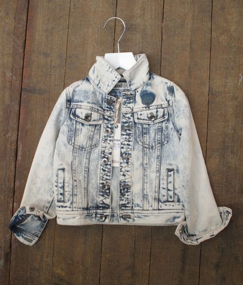 Plenty of marbled and bleach effects on denim and sweats here at Kleine Fabriek, illustrated beautifully here by Moodstreet; check out our recently published Surf Cowboy report for further inspiration