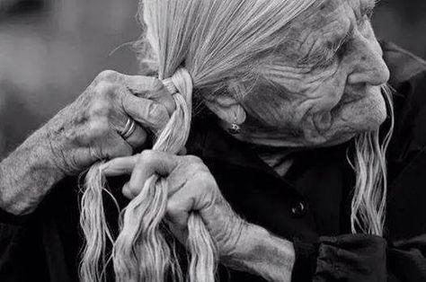 """achezeta: """" Trenzaré mi tristeza marzo 4, 2014 por Paola Klug """"Decía mi abuela que cuando una mujer se sintiera triste lo mejor que podía hacer era trenzarse el cabello; de esta manera el dolor..."""