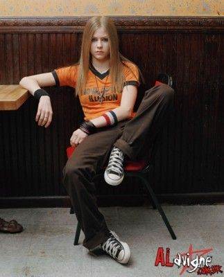 Avril lavigne shows us how cool it is to wear a sleeveless shirt with a tie! Yup, I miss the look of old Avril.